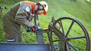 Zivilschützer Markus Burch demontiert eine stillgelegte Materialseilbahn. (Bild: PD)
