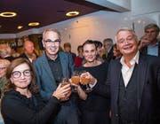 Stossen an: Stiftungsrätin Philomena Colatrella, Beat Züsli, Co-Leiterin Judith Rohrbach und Urs W. Studer. (Bild: Dominik Wunderli (Luzern, 16.9.17))