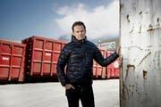 Reto Zimmermann vor den Containern auf dem Areal Kreuzstrasse. (Bild Corinne Glanzmann)