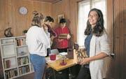 Erin Friedrich, Noah Müller und Livio Tecchiati (von links) suchen in einem Escape Room, den Victoria Müller (rechts) eingerichtet hat, nach der Lösung des Rätsels. (Bild: Corinne Glanzmann (Sarnen, 6. September 2017))