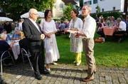 Pfarrer Ulrich Winkler und Pfarrerin Silke Petermann begrüssen ihre Gäste am Rosenburg-Fest, die spirituellen Heiler Beatrice Anderegg und Roman Grüter (von rechts). (Bild: Romano Cuonz (Stans, 9. Juni 2017))