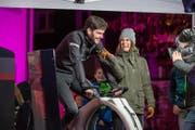 Annina Campell mit einem Teilnehmer während der Wettaufgabe, wobei es darum ging mit einem Velo soviel Energie zu erzeugen, damit am Schluss der Sendung die Cabrio Bahn 25m bewegt werden kann. (Bild: André A. Niederberger (Stans, 25. November 2017))