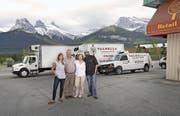 Die Von-Rotz-Family vor den Transportern ihrer Firma Valbella Gourmets Foods in Canmore (Alberta). Von links: Tochter Chantal, Walter und Leonie von Rotz und Sohn Jeff. (Bild: PD)
