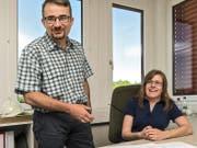 Lehrmeister Stefan Moos mit seiner ehemaligen Lehrtochter und neuen Angestellten Angela Ritter. (Bild Christian H. Hildebrand)