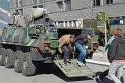 Orientierungstag der Armee in Alpnach: Demofahrt für 18-jährige Obwaldner im Radschützenpanzer. (Bild: Robert Hess (Alpnach, 16. März 2018))
