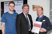 Bronzemedaillengewinner Maurus von Holzen, Bildungsdirektor Res Schmid und Lehrmeister Hans Ettlin (von links). (Bild: PD/Apimedia)