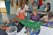 Cindy Walker versteht sich in der Textilwerkstatt – nach anfänglicher Skepsis – bestens mit den Frauen aus Kenia. (Bild: PD)