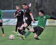 Schattdorf-Stürmer Driton Hoxha (am Ball) erzielte den 1:1-Ausgleich. (Bild: Urs Hanhart (Schattdorf, 29. April 2017))