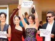 """""""Stoppt den Putsch"""": Protest auf dem roten Teppich. Das brasilianisches Filmteam um den Regisseur Kleber Mendonça Filho verurteilt die Suspendierung von Brasiliens Präsidentin Rousseff. (Bild: KEYSTONE/EPA/GUILLAUME HORCAJUELO)"""