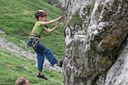 Die zehnjährige Annika (links) und der achtjährige Raffael Fullin stellen in einem der drei Klettergärten auf der Chammlialp ihr bereits beachtliches Können unter Beweis. (Bild: Bruno Arnold (Unterschächen, 16. Juli 2017))