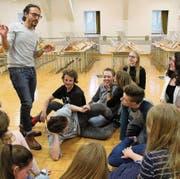Die Theaterspieler proben unter der Leitung von Matteo Schenardi (links) seit Herbst ihr neues Stück. (Bild: Salome Infanger (Altdorf, 22. März 2017))