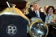 Bundespräsident Didier Burkhalter mit Gattin Friedrun Sabine eröffnen den Genfer Autosalon. (Bild: Keystone)