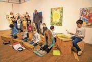 Künstler Stefan Rogger (Bildmitte) und Kinder machen das Zeughaus zu einem Haus der Fantasie. (Bild: Romano Cuonz (Sarnen, 12. November 2017))
