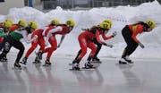 Jasmin Güntert mit Helmnummer 12 holt den 6. Rang im Eisschnelllauf-Junioren-Weltcup. Bild: PD