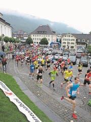 Punkt 9 Uhr erfolgte der Start des 31. Stanserhorn-Berglaufes auf dem Stanser Dorfplatz. (Bild: Kurt Liembd (LZ) (Nidwaldner Zeitung))