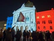 Während 45 Minuten erstrahlte das Bundeshaus in den Farben der französischen Trikolore (Bild: Keystone/LUKAS LEHMANN)