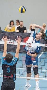 Der Luzerner Luca Ulrich (rechts) im Angriff, der Einsiedler Luca Müller versucht zu blocken. (Bild: Boris Bürgisser (Luzern, 14. Januar 2018))