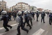 Die Polizei nahm vorübergehend 100 Menschen fest. (Bild: AP Photo/Olivier Matthys)