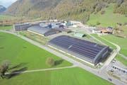 Die neue Solaranlage der Pilatus-Flugzeugwerke auf dem Dach der Produktionshalle. (Bild: PD (Stans, 30. Oktober 2017))
