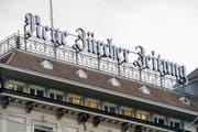 Das Hauptgebäude mit Logo der NZZ in Zürich. (Bild: WALTER BIERI (KEYSTONE))