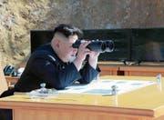 Nordkoreas Machthaber Kim Jong Un verfolgt einen Raketentest von einem unbekannten Standort aus. (Bild: AFP (Nordkorea, 4. Juli 2017))
