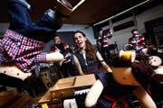 Powerfrau, Sängerin, Musikerin: Simone Baumann mit ihrer Band bei der Generalprobe im Schulhaus am Enikerweg in Cham. (Bild Christof Borner-Keller)