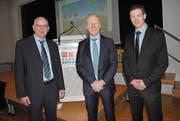 Von links: der scheidende Genossenrat Willi Achermann, Präsident Albert Gabriel und der neue Genossenrat Stefan Barmettler. (Bild: Rosmarie Berlinger (Ennetbürgen, 25. März 2018))