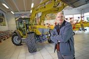 Ausgezeichneter Erfindergeist: Sepp Knüsel (59) vor einem seiner Traktoren. (Bild Roger Grütter)