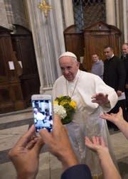 Papst Franziskus wird von Gläubigen wie ein Rockstar gefeiert und ist auch vielen Nicht-Religiösen sympathisch. (Bild: Keystone/AP Photo/Riccardo De Luca)