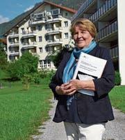 Stiftungsratspräsidentin Hedy Siegrist auf der Parzelle, auf der das neue Alterszentrum erstellt werden soll. (Bild: Robert Hess (Alpnach, 25. Mai 2017))