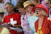 Schweizerinnen und Schweizer singen die Nationalhymne anlässlich einer Bundesfeier in Zürich. (Bild: Keystone)