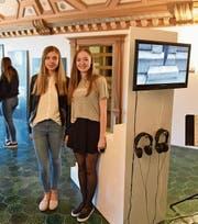 Melanie Bircher (links) und Mira Filliger vor ihrem Werk «All The Way Up». (Bild: PD)