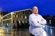 Robert Soldner vor seinem «Ochsen»: «Eine Sanierung kann ich mir nicht leisten.» (Bild: Stefan Kaiser / Neue ZZ)