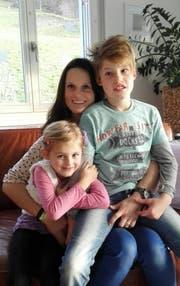 Meistern die Stürme des Alltags: Eveline Kälin mit ihrem Sohn Marc und Tochter Sanja. (Bild: Silvia Camenzind)