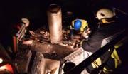 Die Brandstelle auf dem Dach wird untersucht. (Bild PD Feuerwehr Schwyz)