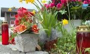 Blumen erinnern an der Schlagstrasse an den Verunglückten. (Bild: TeleZüri)