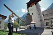 Vor dem Aufzug brachte Kirchenratspräsident Klaus Gisler jede der drei Glocken kurz zum Ertönen. (Bild: Urs Hanhart (Spiringen, 22. August 2017))