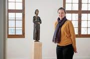 Museumsleiterin Carmen Kiser und Bruder Klaus. (Bild: Corinne Glanzmann (Sachseln, 21. März 2018))