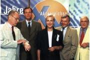Konrad Tönz (rechts) starb im Alter von 76 Jahren. Im Bild eine Aufnahme von 1997 mit TV-Kriminolge Eduard Zimmermann aufgenommen 1997 Butz Peters, Sabine Zimmermann und Peter Nidetzky (von links). (Bild: Keystone)