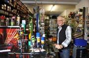 Weiterhin im Laden anzutreffen: Hansruedi Gasser wechselt vom Besitzer zum Angestellten. (Bild Corinne Glanzmann)