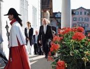 Einzug ins Rathaus zur Eröffnungssitzung der Amtsdauer 2014 bis 2018: Alle an diesem Tag einziehenden Regierungsräte sind bereits dabei oder werden nach den Neuwahlen nicht mehr mit dabei sein. (Bild: Markus von Rotz (Sarnen, 27. Juni 2014))