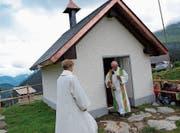 Die Kapelle St. Wendelin wird von Pfarrer Walter Mathis gesegnet.