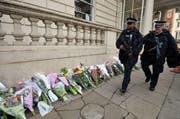 In London ist vielen Menschen die Gefahr bewusst - nur sie reden nicht viel darüber. Auf dem Bild patrouillieren Polizisten vor der französischen Botschaft. (Bild: AP / Hannah McKay)