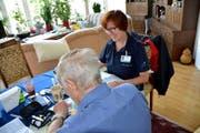 Rosmarie Strahberger bespricht mit einem Patienten, wie man nach einer Krebsoperation den Blutzuckerspiegel wieder in den Griff bekommt. (Bild Romano Cuonz)