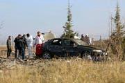 Polizisten untersuchen den Tatort in Haymana, an dem sich zwei Selbstmordattentäter in die Luft gesprengt haben sollen. (Bild: Keystone)
