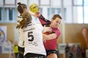 Die Nottwilerinnen kämpften (Ivana Ljubas, Bild links), freuten sich (Pascale Wyder, Bild oben) und triumphierten nach dem 26:21-Sieg gegen Brühl St. Gallen (Bild unten). (Bilder Pius Amrein)