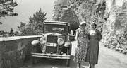 Ausflug ins Tessin um 1935 mit OW 1 mit einem Fotohalt an der Axenstrasse. Elisabeth Dillier-Wyrsch (links) und ihre Freundin Regina Käppeli. (Bild: Reproduktion aus dem Buch)
