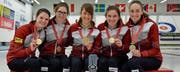 Raphaela Keiser (rechts) strahlt mit den Teamkolleginnen über die Goldmedaille. (Bild: PD)