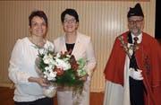 Frau Landammann Yvonne von Deschwanden (Mitte) gratuliert der neuen SVP-Regierungsrätin Michele Blöchliger, begleitet von Landesweibel Edi Amstad. (Bild: Kurt Liembd (Hergiswil, 4. März 2018))