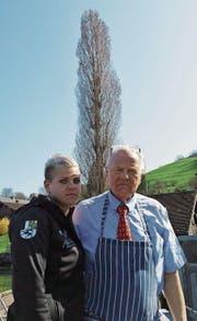 Nathalie Hoffmann mit ihrem Vater Wilfried Hoffmann vor einer der mittlerweile gefällten Pappeln. Bild: PD (Kehrsiten, 28. März 2017)